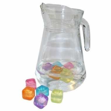 Schenkkan 1 3 liter met gekleurde ijsblokjes